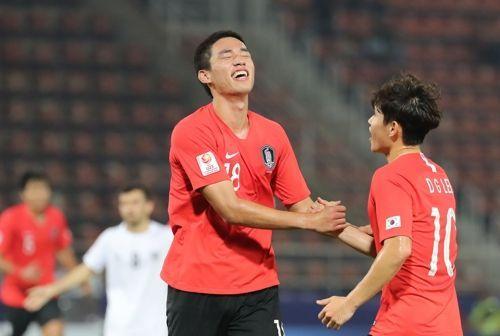 오세훈이 15일 오후(현지시각) 태국 랑싯 탐마삿 스타디움에서 열린 2020 아시아축구연맹(AFC) U-23 챔피언십 한국과 우즈베키스탄의 조별리그 최종전에서 결승골을 넣은 뒤 이동경의 축하를 받고 있다. ⓒ 연합뉴스