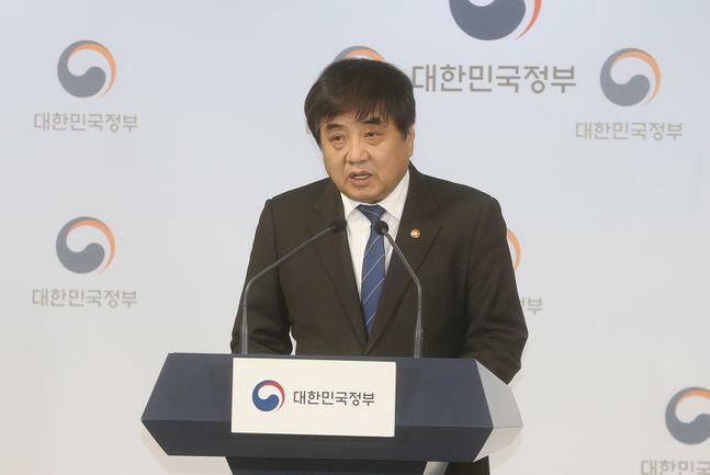 한상혁 방송통신위원장이 지난 14일 오후 서울 종로구 정부서울청사 본관 브리핑룸에서 '2020년도 방통위 업무계획' 관련 브리핑을 하고 있다.ⓒ방송통신위원회