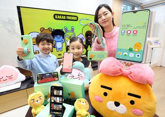 LG유플러스 고객과 초등학생 자녀가 '카카오리틀프렌즈폰3'를 이용하고 있다.ⓒLG유플러스