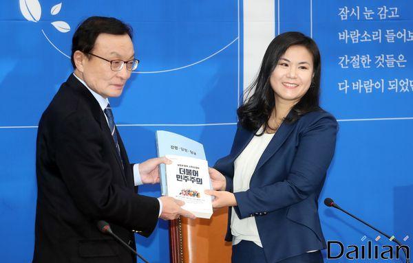 이해찬 더불어민주당 대표가 9호 인재로 영입된 최지은 세계은행 선임이코노미스트에게 당헌·당규집을 건네고 있다. ⓒ데일리안 박항구 기자