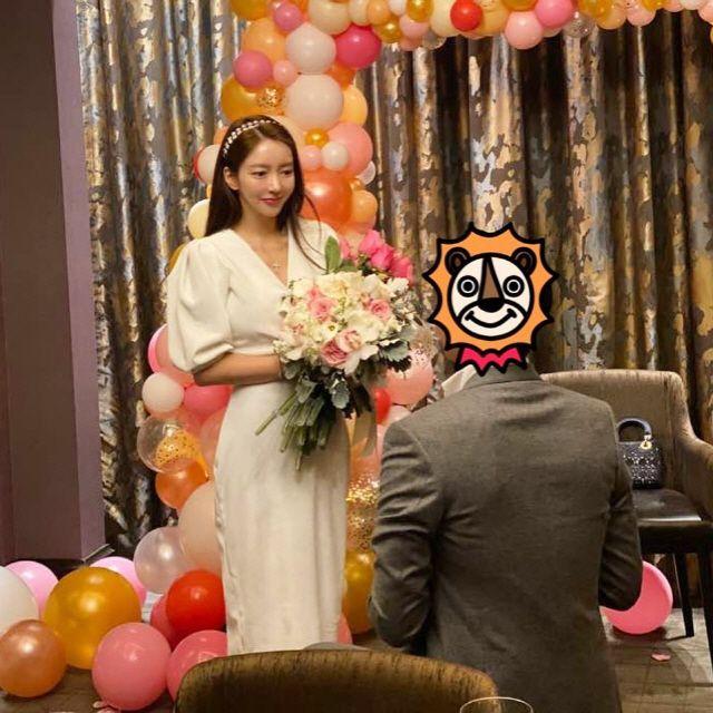 배우 이필립이 쇼핑몰 대표 박현선에게 다이아 반지 프러포즈를 한 것으로 알려져 화제를 모으고 있다. 박현선 SNS