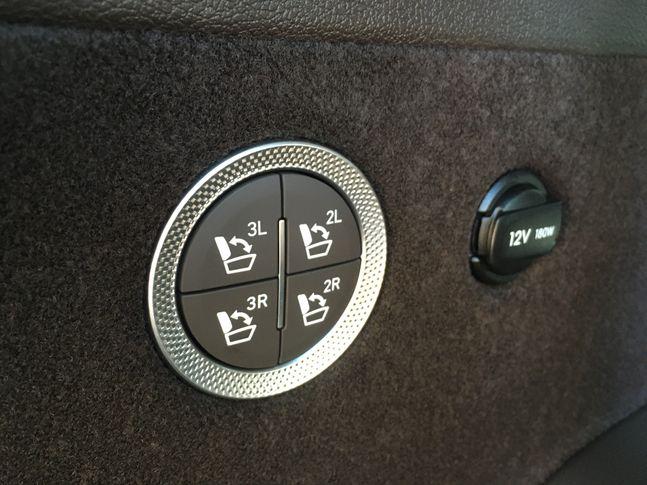 제네시스 GV80의 2열과 3열 좌석을 자동으로 접었다 펼수 있도록 하는 스위치. ⓒ데일리안 박영국 기자