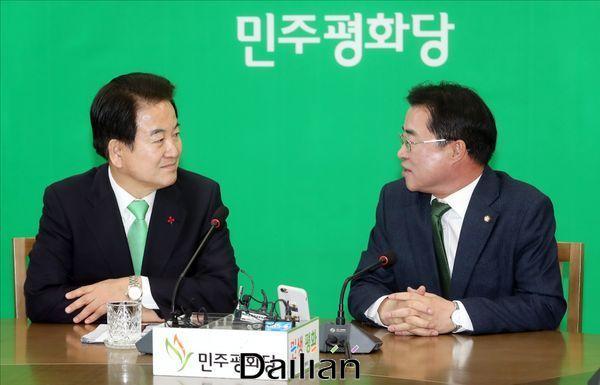 정동영 민주평화당 대표가 16일 오전 국회 대표실을 방문한 최경환 대안신당 대표와 대화를 하고 있다. ⓒ데일리안 박항구 기자
