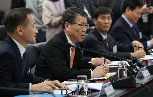 은성수 금융위원장이 16일 오후 서울 종로구 정부서울청사에서 열린 저축은행업계 CEO 간담회에 참석해 모두발언을 하고 있다.ⓒ데일리안 류영주 기자