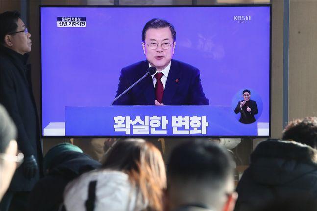 14일 오전 서울역 대합실에서 시민들이 문재인 대통령의 2020 신년 기자회견 중계방송을 보고 있다. ⓒ데일리안 홍금표 기자