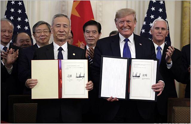도널드 트럼프 미국 대통령(오른쪽)과 류허 중국 중앙정치국 위원 겸 부총리가 15일(현지시간) 백악관 집무실에서 미중 1단계 무역 합의안에 서명 후 기념촬영을 하고 있다. ⓒ뉴시스
