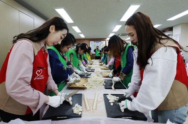 롯데물산 직원들이 송파구 관내 복지대상자에게 전달하기 위한 떡국떡을 썰고 있다.ⓒ롯데물산