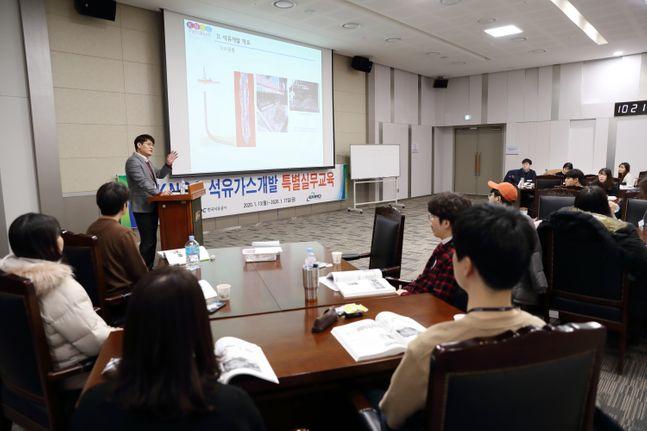 울산 한국석유공사 본사에서 열린 'KNOC 석유가스개발 특별실무교육'에서 자원개발전공 학생들을 대상으로 교육을 실시하고 있다.ⓒ한국석유공사