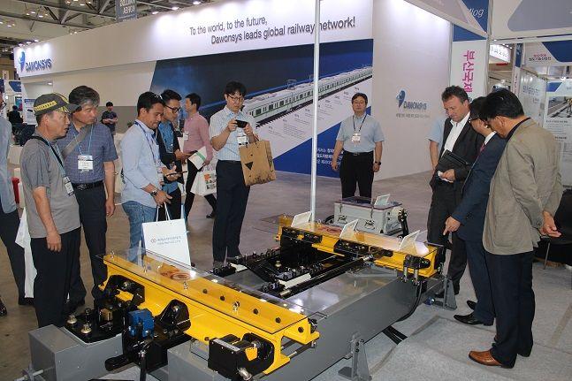 지난해 12월 부산 벡스코에서 열린 '2019 부산국제철도기술산업전'에 '통합형 선로전환장치'가 전시된 모습. ⓒ한국철도
