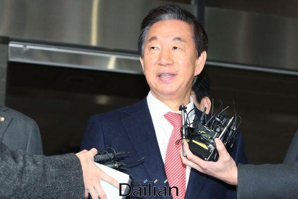 KT에 딸 채용을 부정 청탁한 혐의를 받았던 김성태 자유한국당 의원이 17일 오전 서울 양천구 남부지방법원에서 열린 1심 선고공판에서 무죄를 선고받은 뒤 법정을 나서고 있다. ⓒ데일리안 류영주 기자