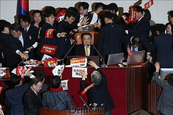 27일 오후 서울 여의도 국회 본회의장에서 문희상 국회의장이 자유한국당 의원들의 저지를 뚫고 의장석에 앉아 있다.(자료사진) ⓒ데일리안 류영주 기자