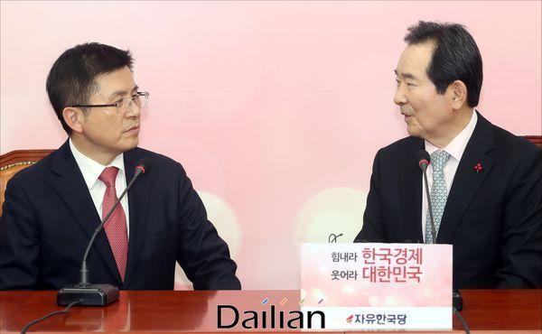 정세균 국무총리와 황교안 자유한국당 대표가 17일 국회에서 만나 국정 현안에 대해 이야기를 나누고 있다. ⓒ데일리안 박항구 기자