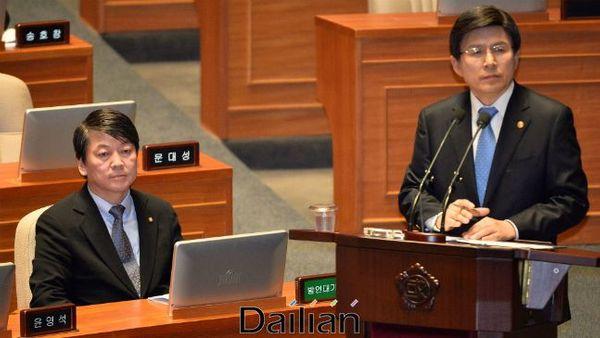 안철수 바른미래당 전 대표가 황교안 자유한국당 대표를 응시하고 있다(자료사진). ⓒ뉴시스