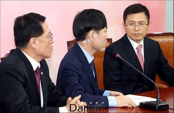황교안 자유한국당 대표가 지난 7일 오후 국회 대표실을 방문한 새로운보수당 하태경 책임대표의 발언을 듣고 있다. 왼쪽은 새보수당 정운천 공동대표. ⓒ데일리안 박항구 기자