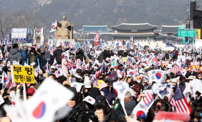 18일 서울 종로구 교보빌딩 앞에서 문재인하야범국민투쟁본부 주최로 열린
