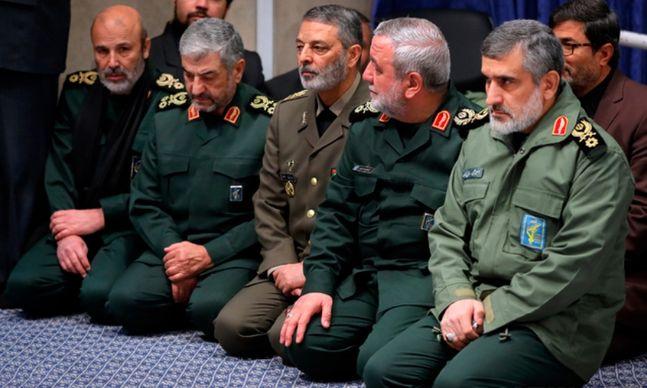 아미르 알리 하지자데 이란 혁명수비대(IRGC) 대공부대 사령관(오른쪽 끝)이 지난 9일 테헤란에서 열린 가셈 솔레이마니 쿠드스 군 사령관 추모식에 참석하고 있다.ⓒ뉴시스