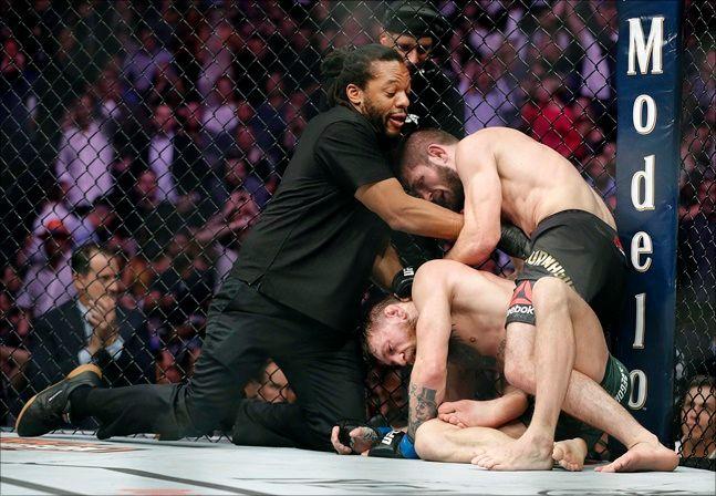 맥그리거는 2018년 10월 'UFC 229' 라이트급 타이틀 매치에서 누르마고메도프에 4라운드 서브미션 패배를 당했다.ⓒ 뉴시스