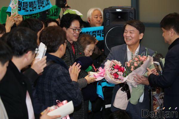 안철수 바른미래당 전 대표가 19일 오후 인천국제공항 제1터미널을 통해 1년 4개월여 만에 귀국하고 있다.ⓒ데일리안 류영주 기자