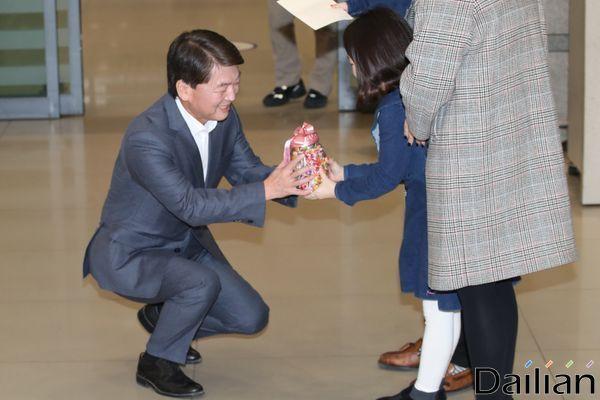 안철수 바른미래당 전 대표가 19일 오후 인천국제공항 제1터미널을 통해 1년 4개월여 만에 귀국해 선물을 받고 있다.ⓒ데일리안 류영주 기자