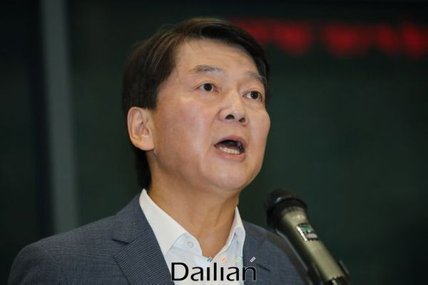 안철수 바른미래당 전 대표가 19일 오후 인천국제공항 제1터미널을 통해 1년 4개월여 만에 귀국해 인사말을 하고 있다. ⓒ데일리안 류영주 기자