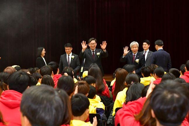 이대훈 NH농협은행장(사진 앞줄 좌측에서 세번째)과 이정우 한국장학재단 이사장(앞줄 좌측에서 네번째)이 18일 인천 송도 연세대학교 국제캠퍼스에서 진행된