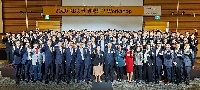 박정림 사장(첫 줄 가운데 왼쪽), 김성현 사장(첫 줄 가운데 오른쪽)을 비롯한 KB증권 임직원들이 지난 17일(금) 여의도 전경련 컨퍼런스센터에서 2020년 결의를 다지고 있다.ⓒKB증권