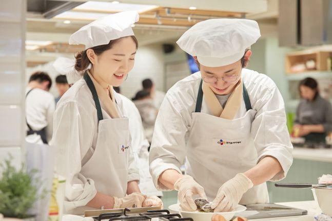 꿈키움아카데미 요리 부문 교육생들이 관련 교육을 수강 중인 모습ⓒCJ프레시웨이