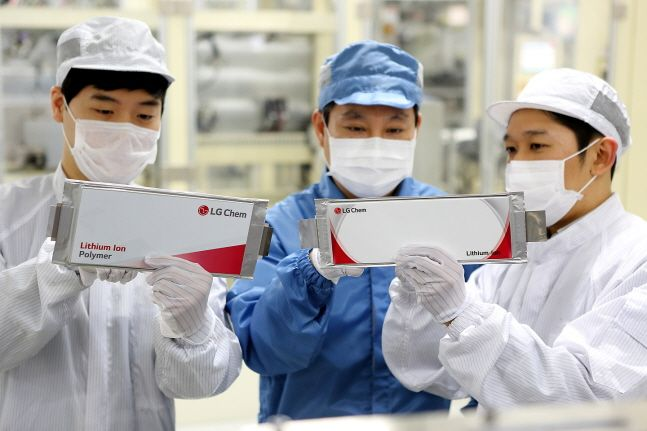 LG화학 충북 오창공장 직원들이 생산된 전기차 배터리를 점검하고 있다.ⓒLG화학