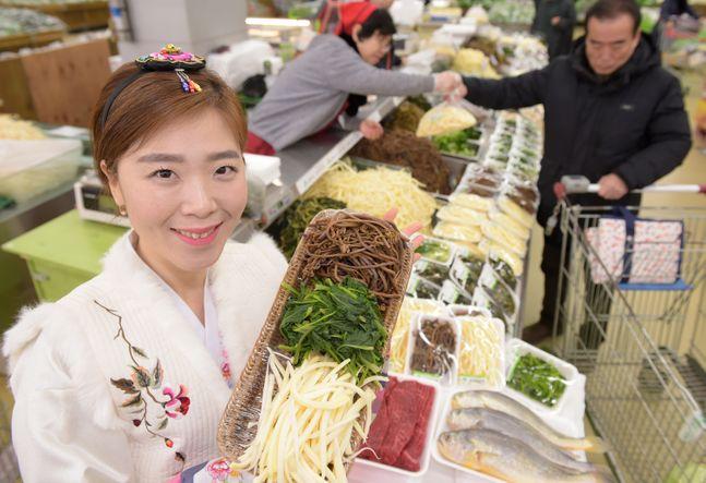 20일 서울 서초구 농협 하나로마트 양재점에서 설 차례상에 올릴 국내산 나물을 선보이고 있다.ⓒ농협유통