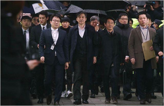 조국 전 법무부 장관이 지난달 26일 서울 송파구 서울동부지방법원에서 유재수 전 부산시 경제부시장에 대한 감찰을 무마한 혐의로 영장실질심사(구속전피의자심문)에 출석하고 있다. ⓒ데일리안 홍금표 기자