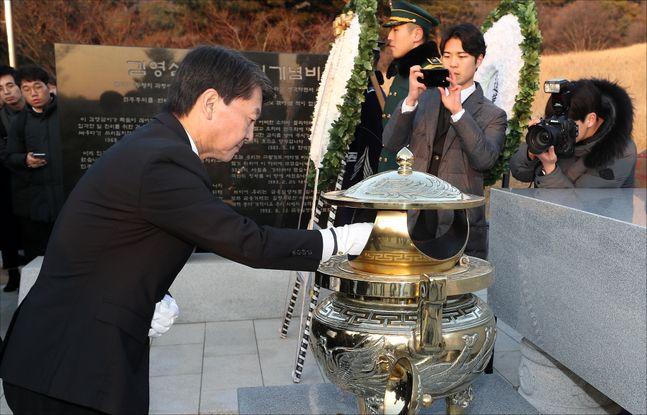 안철수 바른미래당 전 의원이 20일 오전 서울 동작구 국립현충원 김영삼 전 대통령 묘소를 참배하고 있다.ⓒ데일리안 박항구 기자