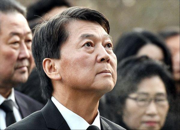 바른미래당 안철수 전 의원이 20일 오전 서울 동작구 국립서울현충원을 찾아 참배하고 있다.ⓒ데일리안 박항구 기자
