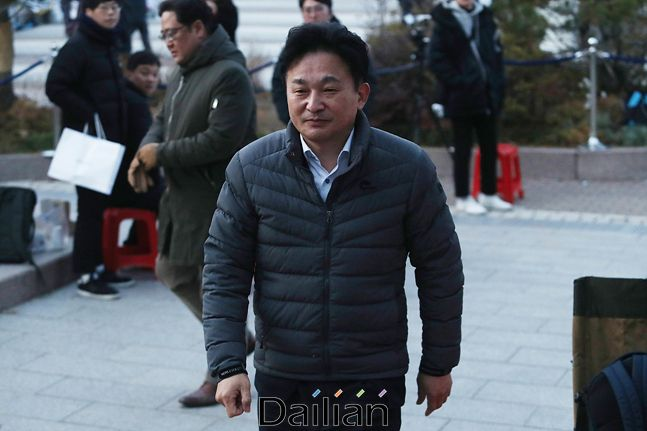 원희룡 제주도지사가 지난 11월 27일 오후 청와대앞 분수대 광장에서 단식을 이어가고 있는 황교안 자유한국당 대표를 방문하기 위해 단식농성장으로 들어서고 있다(자료사진). ⓒ데일리안 홍금표 기자