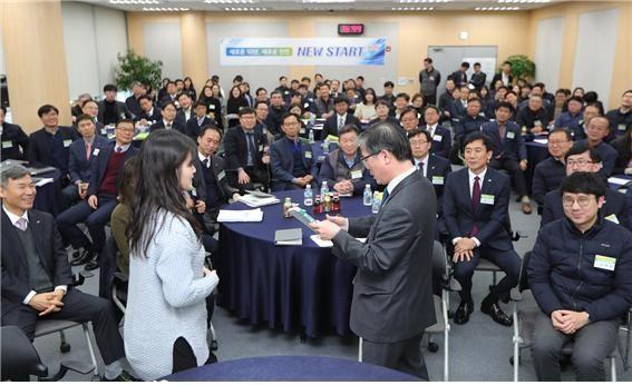 지난 16일 진행된 LH 인천지역본부 신년 업무보고에서 변창흠 LH 사장이 직원들과 소통하는 시간을 갖고 있다. ⓒLH