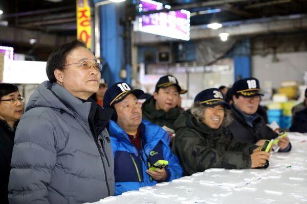 임준택 수협중앙회장(사진 왼쪽)이 21일 새벽 서울 가락동에 위치한 수산물도매시장을 방문해 경매에 참관하고 있다. ⓒ수협중앙회