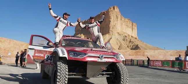 2020 다카르 랠리 완주에 성공한 쌍용 모터스포츠팀이 코란도 DKR에 올라 환호하고 있다. ⓒ쌍용자동차