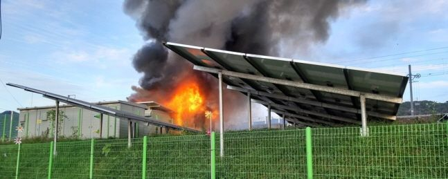 지난해 10월 27일 오후 경남 김해시 한림면 장방리 한 태양광발전설비 에너지저장장치(ESS)에서 불이 나 화염과 검은 연기가 치솟고 있다.ⓒ연합뉴스