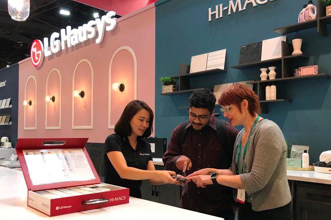 LG하우시스 직원이 전시관을 찾은 관람객에게 인조대리석 제품을 설명하고 있다.ⓒLG하우시스