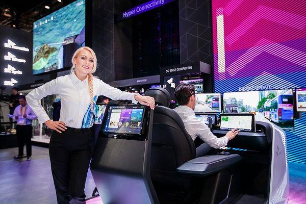 SK텔레콤 홍보모델들이 6일(현지시간) 미국 라스베이거스 컨벤션센터 내 SK 부스에서 차량용 콕핏(Cockpit)에 탑재된 통합 IVI, HD맵 업데이트 기술을 적용한 로드러너 등을 선보이고 있다.ⓒSK텔레콤