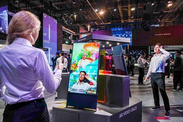 SK텔레콤 홍보모델들이 6일(현지시간) 미국 라스베이거스 컨벤션센터 내 SK 부스에서 T전화 영상통화 서비스