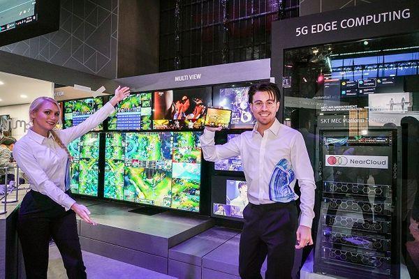 SK텔레콤 홍보모델들이 6일(현지시간) 미국 라스베이거스 컨벤션센터 내 SK 부스에서 5G 멀티뷰 서비스를 선보이고 있다.ⓒSK텔레콤