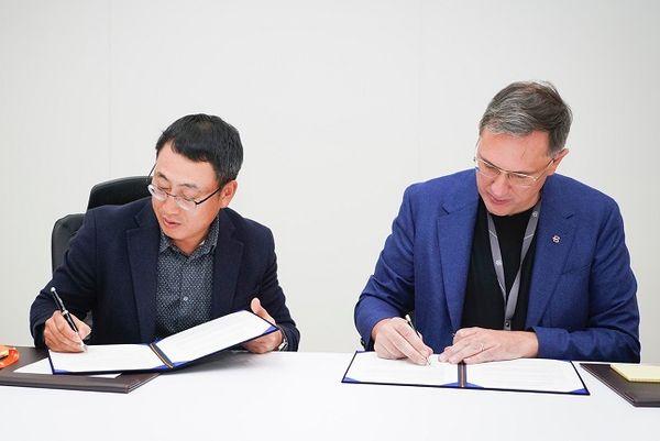 유영상 SK텔레콤 MNO사업부장이 7일(현지시간) 미국 라스베이거스 'CES 2020' 현장에서 다니엘 키르헤르트 바이톤 CEO와 차세대 전기차 한국 출시를 위한 포괄적인 협력을 골자로 업무협약을 체결하고 있다.ⓒSK텔레콤
