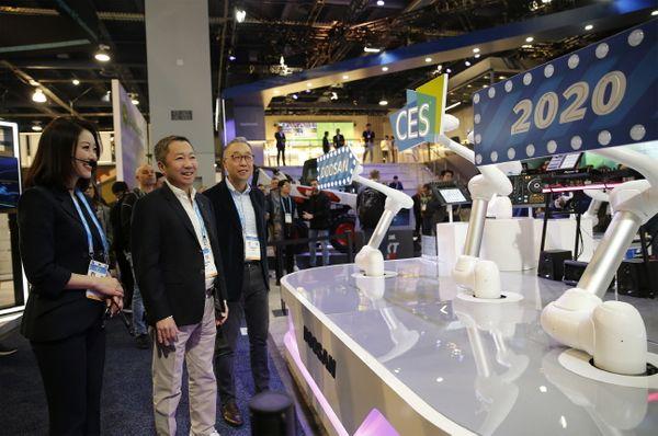 박정원 두산그룹회장(가운데)과 박지원 그룹부회장(오른쪽)이 8일(현지시간) CES 2020이 열리는 라스베이거스컨벤션센터를 찾아 두산 부스를 살펴보고 있다.ⓒ두산그룹