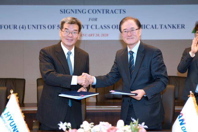 현대중공업그룹은 21일 팬오션과 PC선 건조계약을 체결했다고 밝혔다. 왼쪽 가삼현 현대중공업 사장, 오른쪽 안중호 팬오션 대표 ⓒ현대중공업그룹