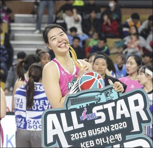 여자농구 국가대표 박지수(청주 KB)가 개인 SNS를 통해 농구를 포기하고 싶다고 토로했다. ⓒ 연합뉴스