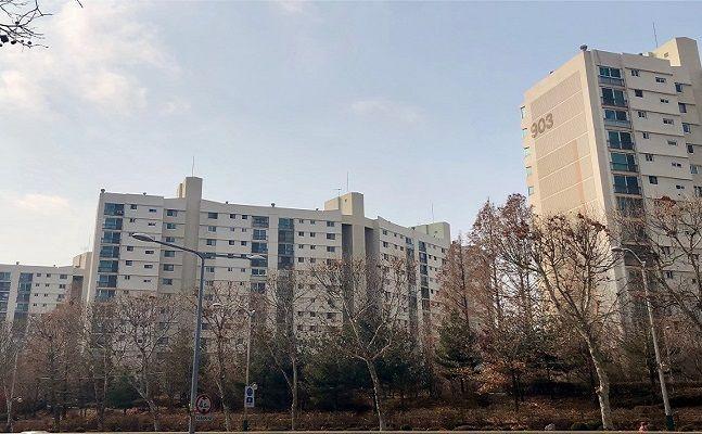 지난해 11월까지 서울 아파트 매매거래는 총 5만7617건으로 이 중 30대가 1만6664건, 40대가 1만6391건을 사들이면서 각각 27.84%, 27.69%를 차지했다. 서울의 한 아파트단지 모습. ⓒ데일리안