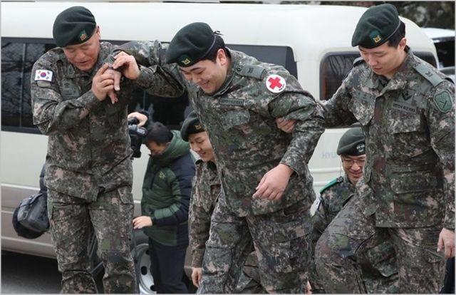 지난해 1월 육군 1사단 수색대대에서 열린 하재헌 중사 전역 기념행사에서 하 중사가 도움을 받으며 이동하고 있다. ⓒ연합뉴스