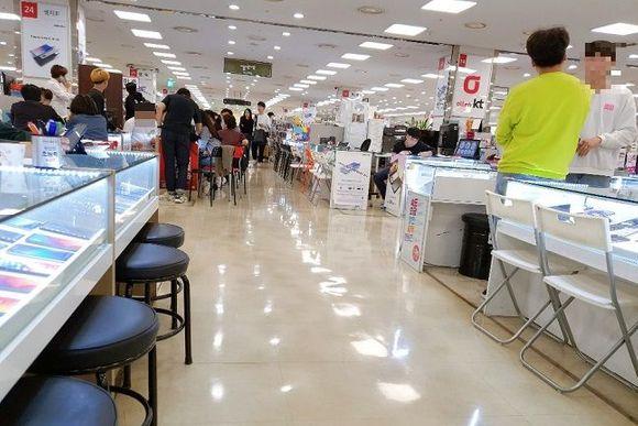 서울 신도림 테크노마트 9층 휴대폰 집단상가가 판매점 상인들과 구매자들로 붐비는 모습.(자료사진)ⓒ데일리안 김은경 기자