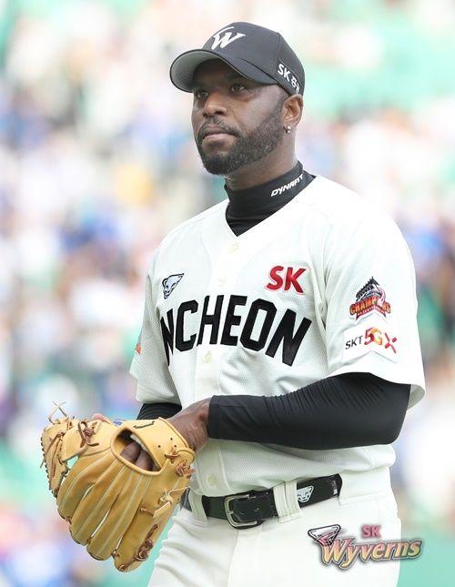 시즌 막판 부진으로 SK와 재계약에 실패한 소사. ⓒ SK 와이번스