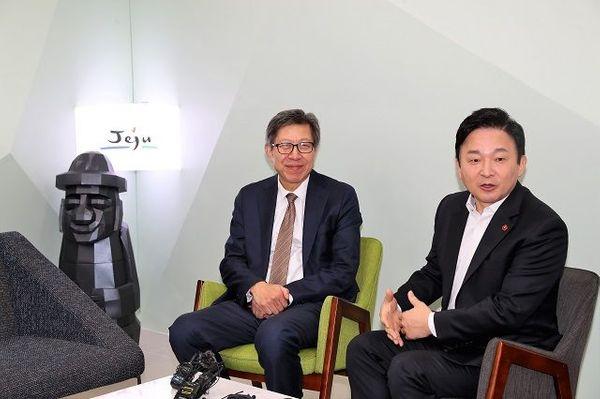 21일 제주도청에서 이야기를 나누고 있는 박형준 혁통위원장과 원희룡 제주지사ⓒ제주도청
